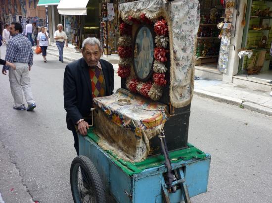 le joueur de Laterna dans les rues de Plaka - Athenes