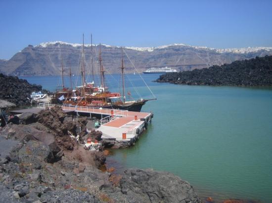 Petit port au pied du volcan-Santorin-Cyclades