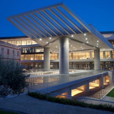 le musée de l'Acropole illuminé