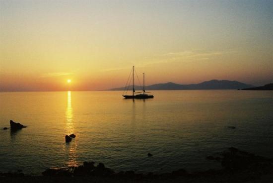 Coucher de soleil...                                                                  des merveilles sur une mer limpide et cal